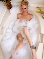 Julia Sexy Bath Pics - Pornstar Julia Ann is feeling just a little dirty.