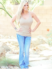 xoGisele wears tight jeans and a small tank that fits her tanned body perfectly